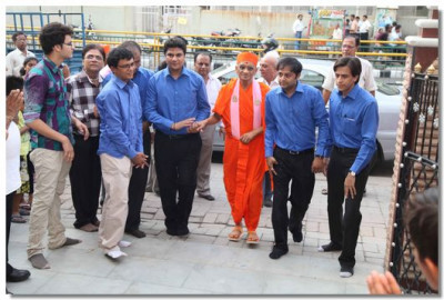 Acharya Swamishree arrives at the tower