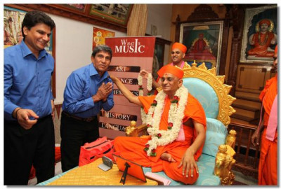 Acharya Swamishree gives darshan to Shree Sovrinbhai's father