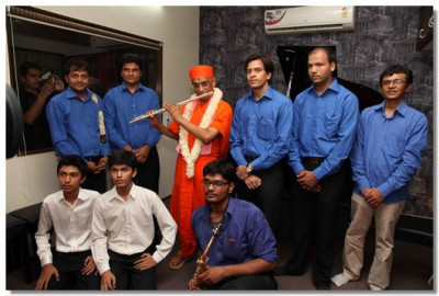 Acharya Swamishree gives darshan to teachers and students