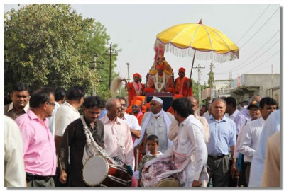 The procession through the streets of Naranpar