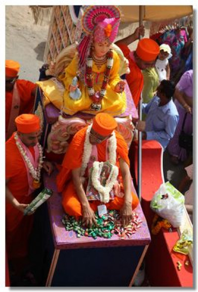 Divine darshan of Lord Swaminarayan and Acharya Swamishree on the chariot