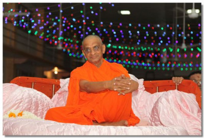 Acharya Swamishree gives darshan during the raas