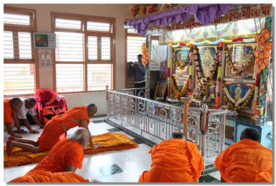 Acharya Swamishree performs the patotsav ceremony in the Ladies Temple in Naranpar
