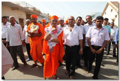 Acharya Swamishree gievs darshan during the chhaab procession