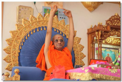 Acharya Swamishree commences His ashirwad