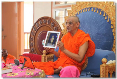 Acharya Swamishree shows live darshan of Lord Swaminarayan adorned in chandan in Maninagar to disciples