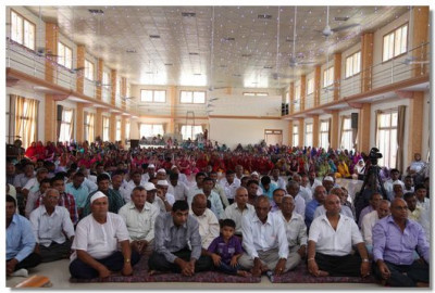 Disciples listen to Acharya Swamishree's blessings