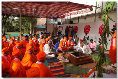 Acharya Swamishree commences the havan ceremony