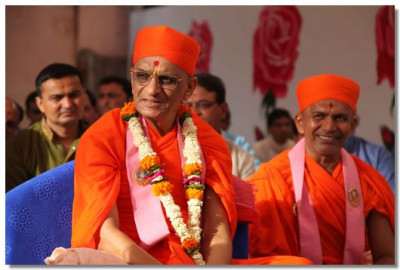 Acharya Swamishree performing the ceremony