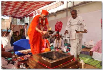 Acharya Swamishree lights the havan