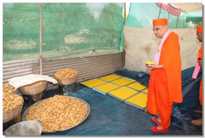 Acharya Swamishree conscecrates the prasad