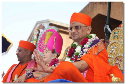 Divine darshan of Lord Swaminarayan and Acharya Swamishree seated on a chariot