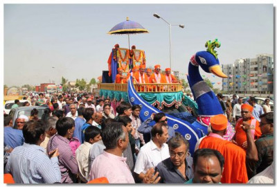 Procession continues thorugh the streets of Sanand