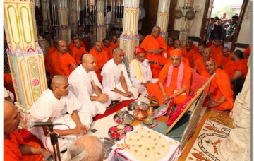 Acharya Swamishree Gives Diksha to 3 Sants