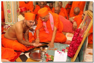 Acharya Swamishree Maharaj performs the Vartman ceremony, and gives a new life to the Sants