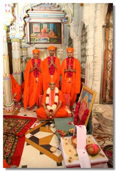 Acharya Swamishree gives darshan to the newly initiated sants