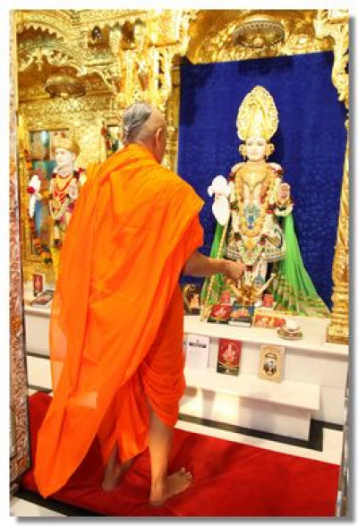Acharya Swamishree performs aarti to Lord Swaminarayan at Maninagar Mandir