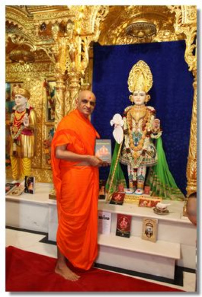Acharya Swamishree with newly released 'Shree Harirasamrutsar'