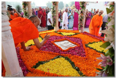Acharya Swamishree prays at the Chhatri