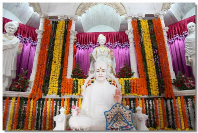 Divine darshan of the Murtis at Smruti Mandir