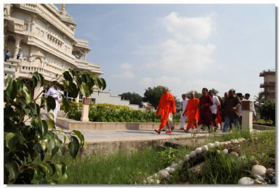Acharya Swamishree performs pradakshina around Smruti Mandir