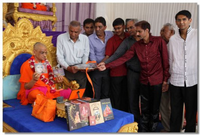 Acharya Swamishree inaugurates a new kirtan CD 'Marmali Murti Mavni Re'