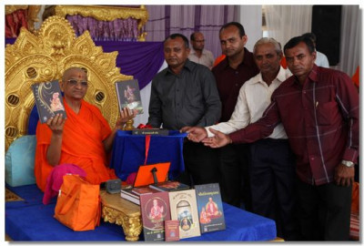 'Shree Sahajanad Swami Charitra' is inaugurated by Acharya Swamishree