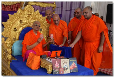 New edition of the 'Shikshapatri' is inaugurated by Acharya Swamishree