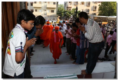 Acharya Swamishree arrives at Shree Swaminarayan Tower