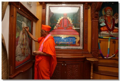 Acharya Swamishree performs poojan to all the murtis at Shree Swaminarayan Tower