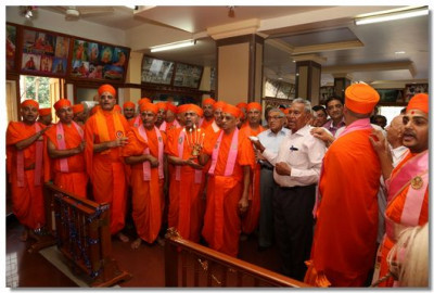 Acharya Swamishree, sants and disciples perform aarti to Jeevanpran Swamibapa