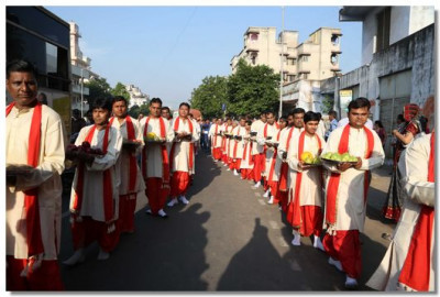 Disciples holding offerings during the swagat procession