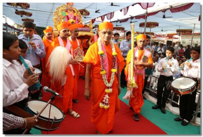 Band members perform as Jeevanpran Swamibapa and Acharya Swamishree arrive