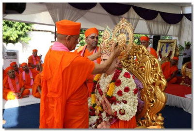 Acharya Swamishree puts a crown on Jeevanpran Swamibapa