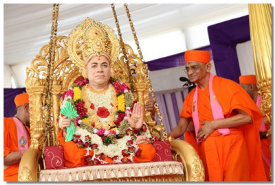 Jeevanpran Swamibapa gives darshan on the tula