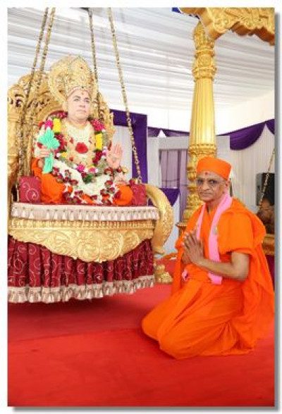 Acharya Swamishree gives darshan at the lotus feet of Jeevanpran Swamibapa