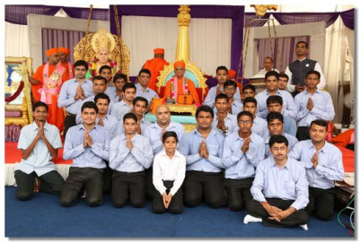 Acharya Swamishree gives darshan to the Drum Band
