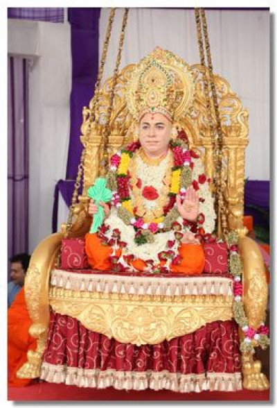 Divine darshan of Jeevanpran Swamibapa seated on the tula