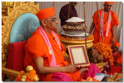 Acharya Swamishree shows the original document written by Jeevanpran Swamibapa - the instructions of Lord Swaminarayan which Jeevanpran Swamibapa wrote before He commenced His 61 days dhyan