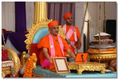 Acharya Swamishree during His divine ashirwad