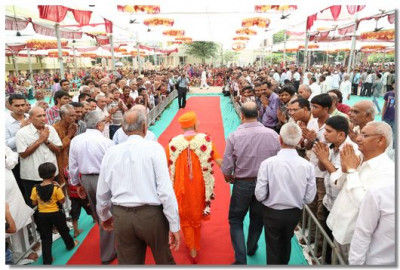 Acharya Swamishree departs the sabha mandap