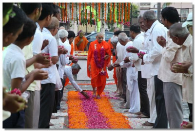 Acharya Swamishree arrives at Smruti Mandir