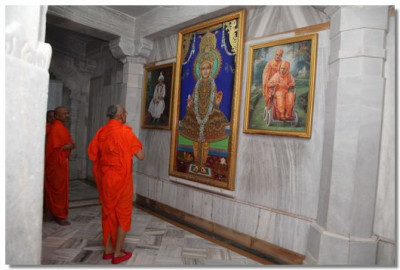 Acharya Swamishree prays to Ghanshyam Maharaj