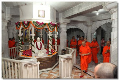 Acharya Swamishree and sants perform pradakshina