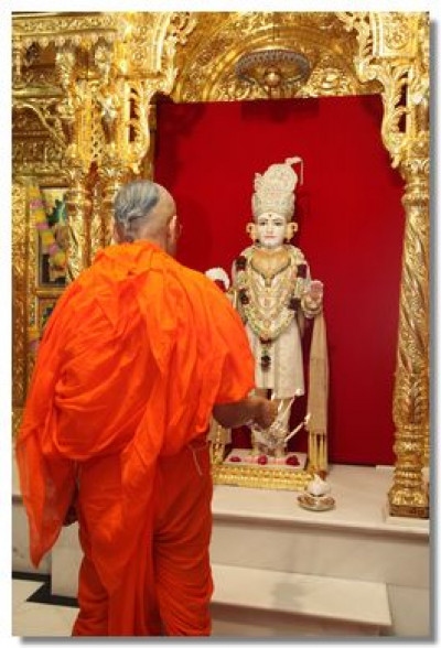 Acharya Swamishree performs aarti to Lord Swaminarayan in Maninagar
