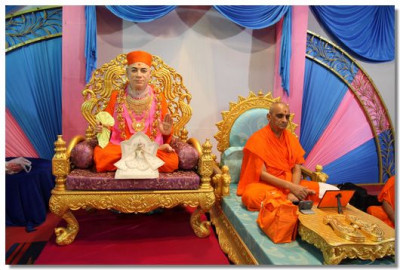 Acharya Swamishree commences meditation seated next to beloved Jeevanpran Swamibapa