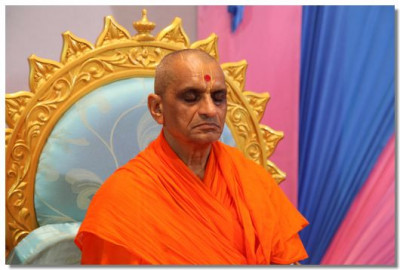 Acharya Swamishree in meditation