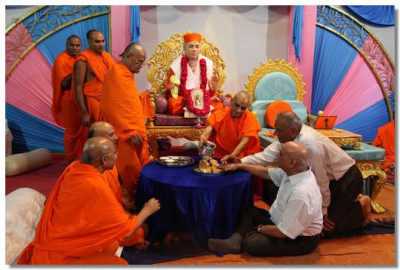 Acharya Swamishree, sants and disciples perform panchamrut snan to the paduka