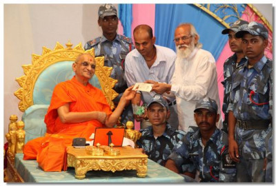 Acharya Swamishree makes a donation to Shree Muktajeevan Swamibapa Rescue and Disaster Management Academy