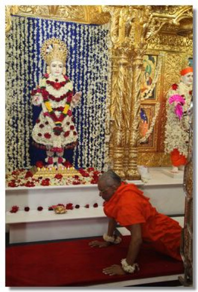Acharya Swamishree performs dandvat to Lord Swaminarayan